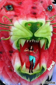 makes me smile Carving Watermelon Party!that makes me smile Carving Watermelon Party! Watermelon Carving Easy, Watermelon Art, Food Carving, Pumpkin Carving, Food Sculpture, Sculpture Ideas, Buzzfeed Tasty, Edible Art, Unusual Gifts