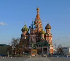 Catedral de San Basilio, pegada a la Plaza Roja tiene unas cúpulas muy peculiares y coloridas y, a unos paso, la campana más grande del mundo : Tsar Kolokol.