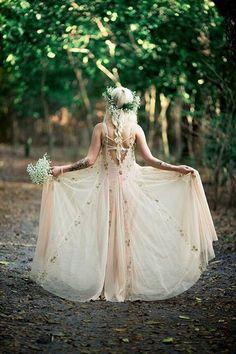 Wunderschöne Boho-Braut mit Blumenkranz und Elfen-Kleid. Was für eine traumhafte Hippie Hochzeit! http://www.gofeminin.de/hochzeitsplanung/hochzeitsplanung-was-nervt-s1514754.html