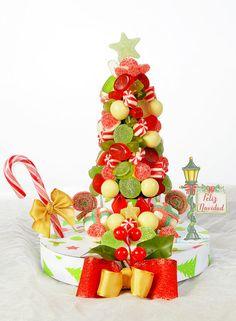 Cuando se enciende el árbol comienza la Navidad.  Sabemos, que en ningún hogar puede faltar el árbol navideño, por eso os traemos esta idea tan original y especial.  El árbol que endulzará tu navidad y la de tus amigos, desde la primera golosina hasta la última.  Además, es una opción preciosa para conseguir que tu mesa navideña sea diferente y colorida.  Tienes dos tamaños a elegir.  ¿A qué esperas para conseguir el tuyo?