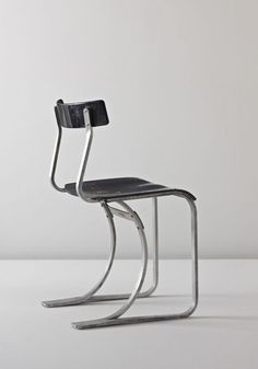 Chair WB 301 by Marcel Breuer. Bent aluminum, painted plywood. 74 cm (29 1/8 in) high.