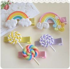 """""""Lollipops and Rainbows"""" Hair Clips – Who doesn't love lollipops and rainbow… """"Lollipops and Rainbows"""" Hair Clips – Who doesn't love lollipops and rainbows? – Adorable hair clips made of polymer clay Cute Polymer Clay, Cute Clay, Polymer Clay Projects, Polymer Clay Charms, Polymer Clay Creations, Diy Clay, Polymer Clay Jewelry, Clay Crafts, Baby Girl Hair Clips"""