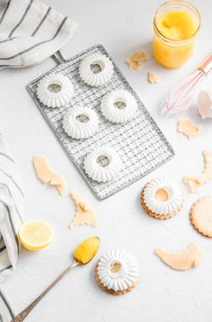 Lemon Meringue Cookie Tarts are the perfect combination of sweet and sour, soft and crunchy and is delicate but yet fierce Lemon Meringue Cookies, Meringue Desserts, Meringue Kisses, Raspberry Meringue, Cookie Brownie Bars, Banana Cupcakes, Royal Icing Cookies, Biscuit Recipe, Sweet Desserts