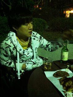 야외 테라스에서 야외 벚꽃 구경 ^^  맥주랑 처음처럼, 오징어튀김에 쥐포 들고서 ^^