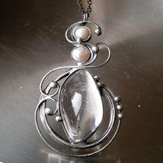 Fiobé (křišťál + říční perly) Náhrdelník z křišťálu ( původem z Brazílie )a pravých říčních perliček- zdobený cínem technikou Tiffany a drátem. Patinováno,ošetřeno antioxidantem,broušeno,leštěno. Přívěsek ovelikosti 7,5 x 4,5 cm je zavěšen na řetízku v barvě antracitu se zapínáním na karabinku,délka - obvod cca 50 cm. Na cínování ...