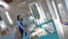 Arredamento Gelateria contract shabby Molti operatori di settore hanno partecipato all'inaugurazione del locale, l'hanno definita la boutique del gelato grazie al suo stile, un arredamento unico e ricercato e alla professionalità dei maestri gelatai che qui creano il gelato artigianale come pochi sanno fare. http://www.rmgproject.com/ http://www.arredamentolocalinegozihotel.com/ #Arredamento #gelateria #contract #chiaviinmano #arredamentolocali #locali #shabbychic