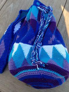 """Deze leuke tas is gemaakt met de techniek Tapestry. Tapestry crochet heet ook wel """"hard crochet"""".  Dat is niet, omdat het zo moeilijk is om te maken, maar omdat het eindresultaat behoorlijk stevig is. Dit komt, doordat je de draden alsmaar meevoert in je haakwerk. Het bijzondere van dit haakwerk is ook, dat de binnenkant even mooi is als de buitenkant, waardoor het ook erg geschikt is voor mandjes."""