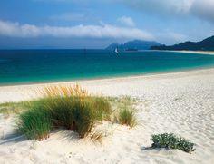¿Cuáles son las mejores playas de España? Nosotros hemos seleccionado 14 y una de ellas es Rodas, un paraíso en las gallegas Islas Cíes.