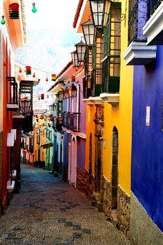 La Paz Bolivia. - Die Hauptstadt von Bolivien, hier eine schöne bunte Nebenstrasse. www.chirimoyatours.com In Bolivien ist die Andine Kultur noch am ursprünglichsten zu spüren. Infos und Anfragen:  > info@chirimoyatours.com