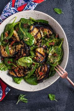 This grilled eggplant and spinach salad makes a wonderfully fresh, healthy, and filling warm weather meal. The eggplant is smoky and delicious, and the smoked paprika in the lemony dressing enhances i drinks Grilled Eggplant and Spinach Salad Healthy Side Dishes, Side Dish Recipes, Vegetarian Recipes, Cooking Recipes, Healthy Recipes, Healthy Eggplant Recipes, Grilling Recipes, Aubergine Recipe Healthy, Bulgur Recipes