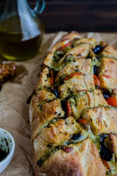 Are you looking for a quick recipe to prepare on one of those days when you don't have time, or you simply don't feel like spending hours in the kitchen? Honestly, don't we feel that way most of the time? All you need is a bread loaf, a few tomatoes, mozzarella, basil pesto and black olives. A little oregano and olive oil to sprinkle on top. Ready!