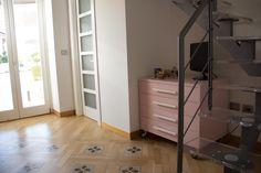 camera da letto con parquet in essenza rovere intarsiato con ...