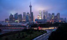 Die berühmte Uferpromenade Bund mit den bunten historischen Gebäude. Lernen Sie durch eine China Rundreise in ostchinesische Metropole Shanghai kennen.
