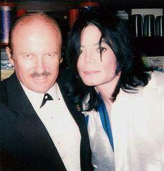 Michael Jackson em foto com Geoffrey Hansen, dono de uma loja de 'mágicos' em Las Vegas. Segundo Geoffrey, Michael era um apaixonado por ilusionismo e frequentava o lugar constantemente.