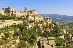 Van Kaysersberg in de Elzas tot Moustiers-Saint-Marie in de Provence en van Collonges-la-Rouge in de Corrèze tot Camaret-sur-Mer in Bretagne: dertig mooie minder bekende dorpjes en stadjes in Frankrijk.