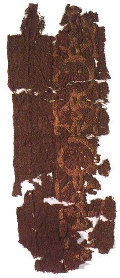 Embroidery from the Tenth Century Viking Grave at Mammen, Denmark Fragment d'un tissu brun en laine; bordure brodée de masques humains L 41,5cm ; l 14,5cm