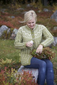 Livs Lyst: denne koften vil du finne i kofteboken 2 Lace Knitting, Knit Crochet, Norwegian Knitting, Fair Isle Knitting Patterns, Green Quilt, Knit Stranded, Cardigans, Sweaters, Sweater Weather