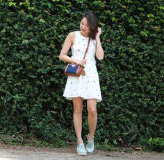 Vestido branco com estampa divertida combinada com Melissa Grunge verde e bolsa jeans Colcci para completar o look. Look perfeito para curtir um final de semana ensolarado.