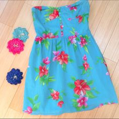 """Fun summer strapless dress, M. Cute and fun summer dress by Aeropostale. Bust is about 17"""" unstretched, with a smocked back to accommodate different sized busts. Dress length from top of bust is 25.5"""". Would be cute under a denim jacket! Aeropostale Dresses Strapless"""