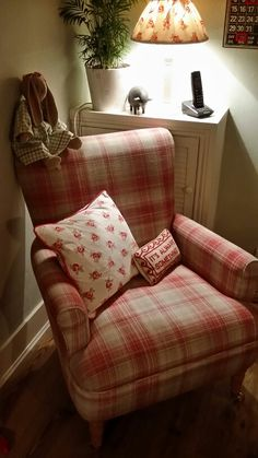 My cosy reading corner ! Cosy Reading Corner, Cozy Corner, Reading Room, Country Farmhouse, Farmhouse Decor, Living Room Red, Relaxation Room, Vintage Shabby Chic, Colour Schemes