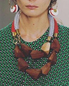 Inspiração colar Marni  Pesquisa do dia  Via Pinterest - arquivo Cris de ideias ✂️❤️ #criscriacoisas #inspiração #colar #acessorios #fashioncollar #maxicolar #madeira #moderno #chique #estilo #fashionstyle #marni #lindo #fashionaccessories #necklaces #han