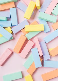 Einen Wackelturm und Bauklötze in zarten Pastelltönen aus Holz selber bauen und anmalen. Last Minute Geschenk für den kleinen Geldbeutel. #diy #doityourself #holzspielzeug #holz #wooden #woodentoys #wackelturm # jenga #tumbletower #stackingtower #regenbogen #rainbow #pastell #pastel #selberbauen #selbermachen #kinderzimmer #geschenkidee #lastminute #geschenkefürkinder