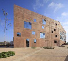 """Construído na 2014 na Lima, Peru. Imagens do Juan Solano Ojasi . """"… talvez, a velhice e o temor me enganem, mas suspeito que a espécie humana - a única - está por se extinguir e que a biblioteca perdurará;..."""