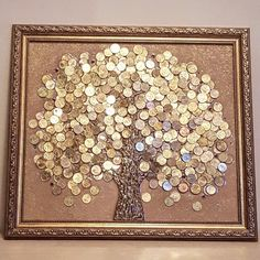 Panel of coins. Strong Feng Shui mascot to attract money and abundance to the house. The radiance of money fascinates and fascinates. Coin Crafts, Diy And Crafts, Arts And Crafts, Button Art, Button Crafts, Cuadros Diy, Diy 2019, Coin Display, Coin Art