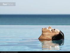 Испанская женщина в бассейне - фото