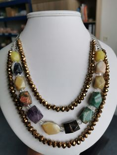 Náhrdelník s vícero různými kameny a křišťálem. Náhrdelník má zapínání na karabinku. Délka náhrdelníku - 57 cm.  #nahrdelnik#kameny#ruzne#kristal#zlatohnedy#zelena#ruda#hneda#zelena#colors#necklace#color#big