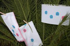Margaridas azuis e rosa. Lençol de berço, fralda 100% algodão e abajour para candeeiro de mesa.