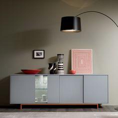Mobile buffet Swank con ante ed inserto in vetro, basamento in metallo colorato.