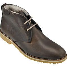 Lloyd 24-739-02 STANTON Mit ihrem zeitlosen, klassischen Design sind diese Schnürschuhe von LLOYD aus dunkelbraunem genarbtem Leder (Paloma Calf) ein zuverlässiger Begleiter für jeden Anlass: Egal, ob ganz leger zu Jeans oder auch zu einer eleganten Businesshose, die Schuhe lassen sich vielseitig kombinieren und überzeugen dabei ebenso durch Komfort: Sowohl die Decksohle als auch das Innenfutter sind aus weichem Lammfell gefertigt und vermitteln damit selbst an kalten Tagen ein besonders…