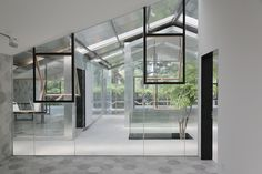 Abandoned greenhouse transformed into gorgeous glass office filled with trees Patio Interior, Simple Interior, Contemporary Interior Design, Home Interior Design, Visual Merchandising, Architecture Details, Interior Architecture, Best Greenhouse, Wooden Greenhouses