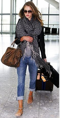 Glitter Guide - Comfy Chic Travel Style - Love this look Looks Chic, Looks Style, Look Fashion, Autumn Fashion, Womens Fashion, Fashion Shoes, Fashion Models, Girl Fashion, Mode Shoes