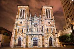 San Antonio - San Fernando Mission Light Show at night San Fernando Mission, San Fernando Cathedral, San Antonio Restaurants, San Antonio Missions, Southwest Usa, Arizona Travel, Sea World, New Mexico, Things To Do