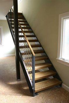 Escalera recta con estructura de acero y peldaños de madera.