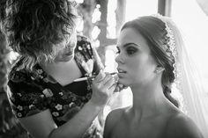 Toques finales al maquillaje Foto: Maik Dobiey http://www.velodevainilla.com/2014/06/23/emilia-diego-matrimonio-vintage-salido-de-un-cuento/