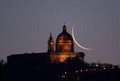 Bella Luna: Skywatcher Captures Old Moon Over Historic Italian Church