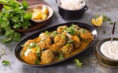 Hjemmelagde lammekjøttboller, eller lamb koftas om du vil, i en mildt krydret saus omfavner alt vi tenker på som pakistansk og indisk mat. Server denne eksotiske middagen med kokt ris og yoghurt.
