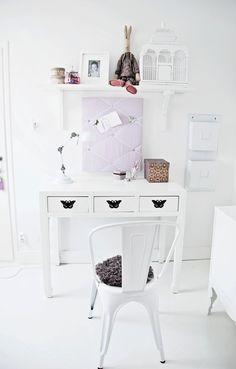 Skrivbordet är underbart! Måste kolla på Oliver Bonas om de fortfarande säljer fjärilsmöblerna!