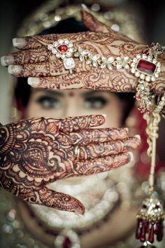 Indian Bridal Photography Posts Mehndi 17 New Ideas Big Fat Indian Wedding, Indian Bridal, Indian Weddings, Hindu Weddings, Indian Wedding Henna, Romantic Weddings, Indian Mehendi, Indian Wedding Poses, Bridal Henna