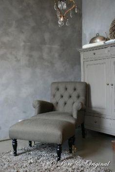 Leuke stoel en mooie kleur kalkverf op de muur