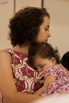 Sobrinha dormindo no colo da filha
