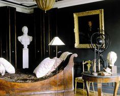 La stanza da letto del grande appartamento di Place de la Bastille di Michel Coorengel e di Jean Pierre Calvagrac Sleigh Beds, Traditional Interior, Dark Walls, Eclectic Style, Beautiful Interiors, Grey Interiors, Black Rooms, Ivy House, Neoclassical
