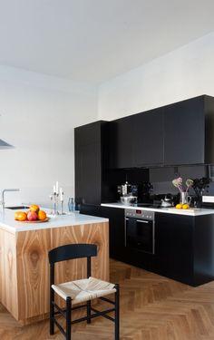 Den Küchenblock aus Kernesche und die dahinterliegende Küchenzeile seiner Berliner Altbauwohnung entwarf Architekt Fabian von Ferrari selbst. (Foto: Anne-Catherine Scoffoni)