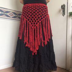 Xale em ponto segredo com franjas longas. Barbante ecológico. #handmadebyraven #feitoamãoporRavenKirsh #handmade #feitoamão #figurino #americantribalstylebellydance #tribalfusionbellydance #acessório #xale #shawl #crochet #crochê