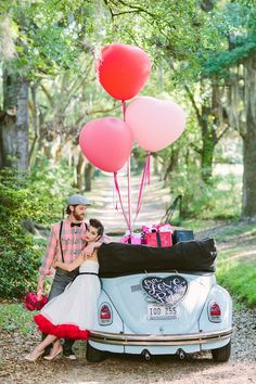 Look through vintage wedding car decorations ideas in our gallery, get inspired for creating the most exciting trip to the sunset. Wedding Fotos, 50s Wedding, Rockabilly Wedding, Wedding Pics, Dream Wedding, Wedding Day, Retro Wedding Decor, Retro Weddings, Wedding Shot