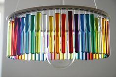 meubles originaux et lampe artisanale en tubes à essai multicolores