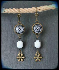 Boucles d'oreilles pendantes dormeuses cabochon noir & blanc de printemps : Boucles d'oreille par c-moi-k-fee